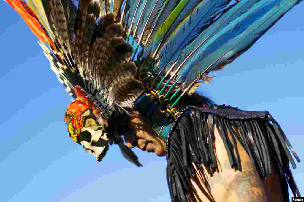 یک رقصنده آماده اجرا در جشنی آیینی در نیویورک میشود. این جشنواره را میتوان یک گردهمایی علیه بزرگداشت روز کلمبوس یا روز کریستف کلمب، کاشف قاره آمریکا دانست.