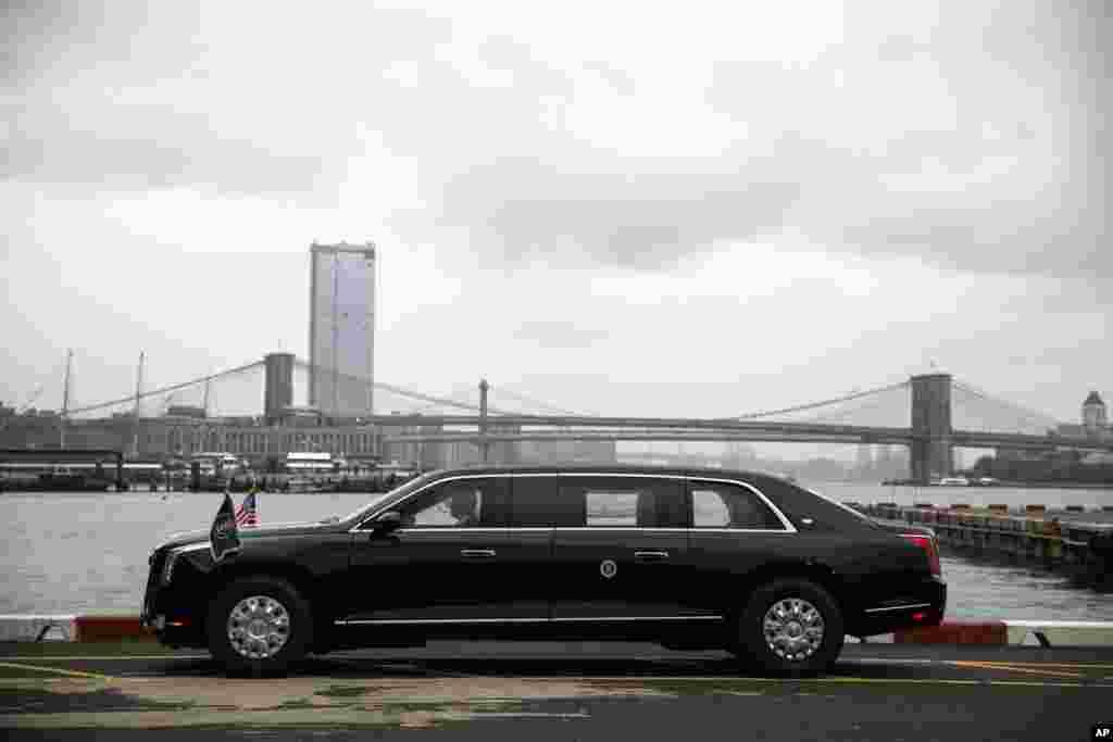 """2018年9月23日,美国总统特朗普抵达纽约之前,总统豪华轿车放置在曼哈顿市中心直升机场。 特朗普的新车是比较时尚的装甲豪华轿车,被称为""""野兽"""",特朗普在曼哈顿中城参加联合国大会,坐的就是这辆新车。"""