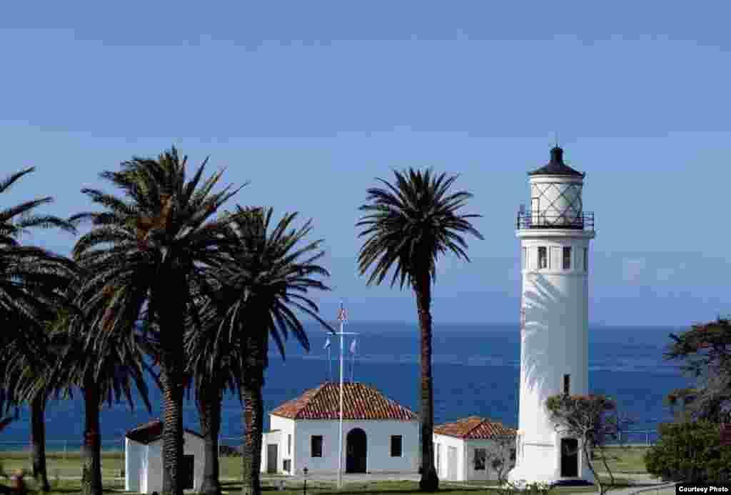 El faro de Point Vicente, en California fe instalado después que muchos barcos y sus marineros terminaran encallados en las rocosas costas del oceáno Pacífico en el sur del estado. El 1º de mayo de 1926 la solicitud fue respondid