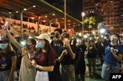 戴著口罩的民眾走上香港深水埗的街頭抗議禁蒙面法(2019年10月5日)
