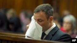 Oscar Pistorius pleure après le verdict de son procès en première instance, à Pretoria, Afrique du Sud, 17 octobre 2014.