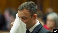 Oscar Pistorius se trouve dans la cour pour le dernier jour des procédures de détermination de la peine où la défense et l'accusation mettront leur arguments pour et contre la peine, à Pretoria, en Afrique du Sud, le vendredi 17 octobre 2014, Pistorius a été reconnu coupable le mois dernier d'homicide dans la mort par balle de sa petite amie Reeva Steenkamp tuée lors de la Saint Valentin 2013.