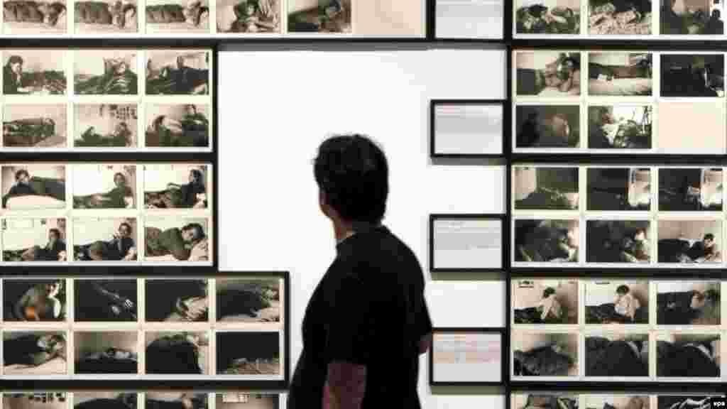 """Les photos de Malick Sidibé ont été sélectionnées lors de l'exposition """"Los 70. Fotografia y vida cotidiana"""" à la Fondation Santander à Madrid, 02 juin 2009."""