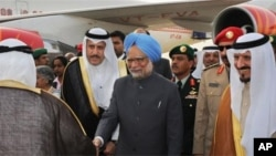 Prime Minister, Dr. Manmohan Singh being received by the Crown Prince of Saudi Arabia His Royal Highness Sultan bin Abdul Aziz Al Saud at King Khalid International Airport- Royal Terminal, Riyadh in Saudi Arabia, 27 Feb 2010