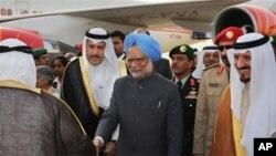 Prime Minister, Dr. Manmohan Singh being received by the Crown Prince of Saudi Arabia His Royal Highness Sultan bin Abdul Aziz Al Saud at King Khalid International Airport- Royal Terminal, Riyadh in Saudi Arabia, 27 Feb 2010