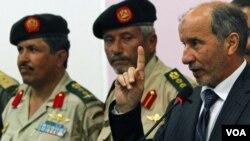 El presidente del CNT, Mustafá Abdeljalil (der), dijo que se creaba una comisión investigadora.