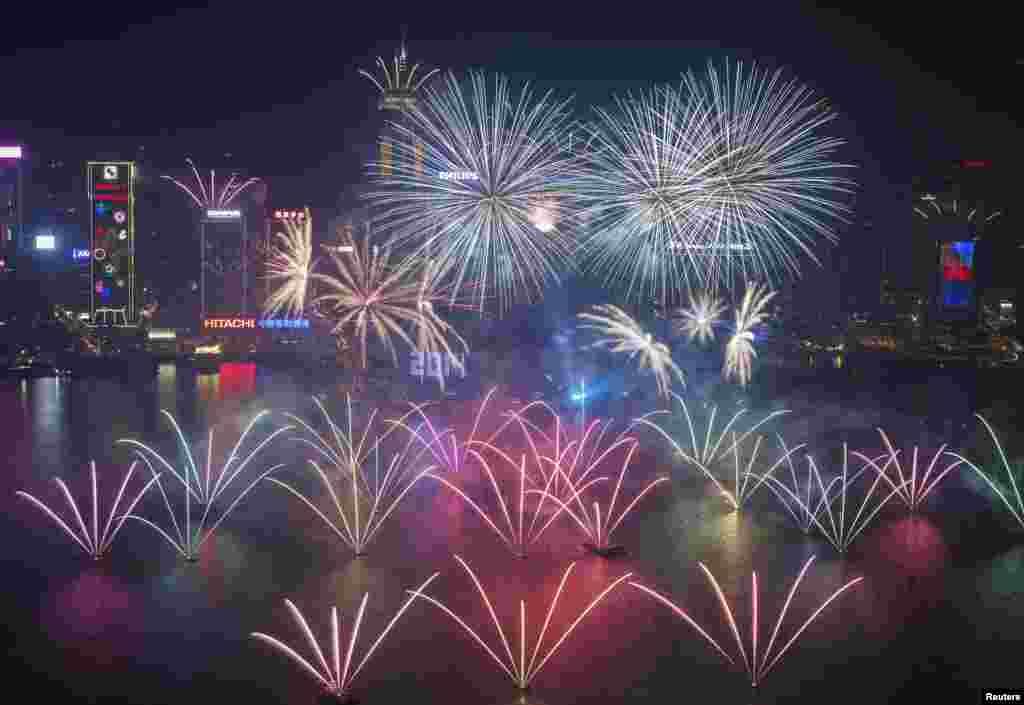 홍콩 빅토리아 하버에서 2014년 1월 1일 0시를 기해 화려한 불꽃놀이가 펼쳐졌다.