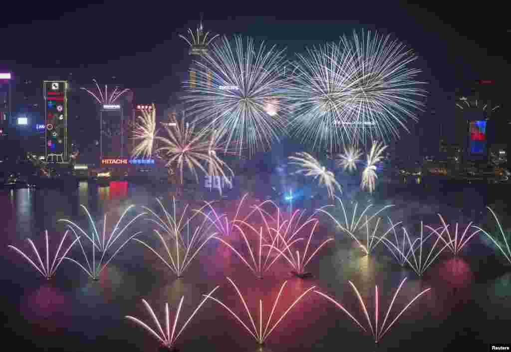 Suasana perayaan tahun baru di Victoria Harbour, Hong Kong.