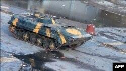 Sirijsko oklopno borbeno vozilo na jednoj od ulica u Homsu