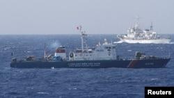 """Một tàu của cảnh sát biển Việt Nam trong một cuộc """"vờn nhau"""" với tàu Trung Quốc năm 2014."""