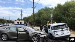 Foto yang dirilis Kepolisian Laguna Beach memperlihatkan sedan Tesla (kiri) dengan sistem kemudi otomatis (autopilot) menabrak mobil polisi, 29 Mei 2018.