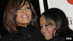 Bobbi Kristina Brown, junto a su madre Whitney Houston, en 2011.