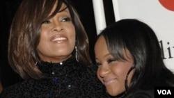 Bobbi Kristina Brown (kanan) bersama ibunya, Whitney Houston di Beverly Hills, California. (Foto: Dok)