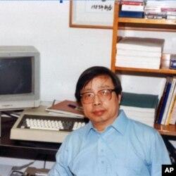 """我在大使馆时的""""研究室"""",桌上是一台早期的苹果电脑,可执行Pasco 语言。电脑原属一位在大使馆工作的外交官,他有数学Ph.D. 学位。该外交官于1989年7月奉调回国,将电脑送给我。该机的性能,不如我家里的计算机,后者被抄家的警察抄走了。虽然不够理想,但还是能用来研究宇宙学。"""