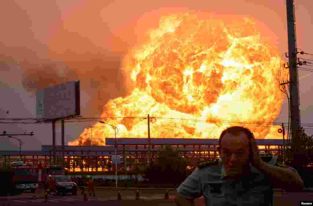 Sebuah ledakan di pabrik petrokimia terlihat di Rizhao, provinsi Shandong, China. Menurut Kantor Berita Xinhua, kebakaran terjadi setelah ledakan, yang disebabkan oleh kebocoran hidrokarbon cair di pabrik tersebut.