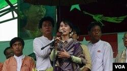 Aung San Suu Kyi saat memberikan pidato pada kampanye politiknya di kota Mandalay, Sabtu (3/3).