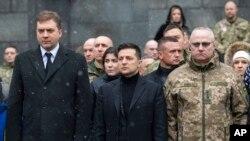 Президент Украины Владимир Зеленский. Слева – министр обороны Украины Андрей Загороднюк, справа – глава генштаба вооруженных сил страны Руслан Хомчак (архивное фото)