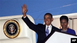 U.S. President Barack Obama and first lady Michelle Obama step off Air Force One as they arrive at London's Stansted Airport, May 23, 2011