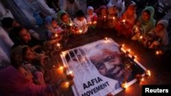کراچی میں اسکول کی طالبات جنوبی افریقہ کے آنجہانی رہنما نیلسن منڈیلا کی یاد میں شمعیں روشن کیے ہوئے ہیں۔ منڈیلا 95 برس کی عمر میں گزشتہ روز جوہانسبرگ میں انتقال کرگئے تھے۔