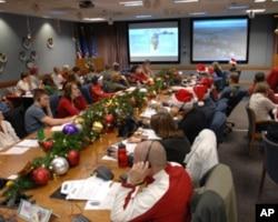 军民志愿人员追踪圣诞老人并接听热线电话