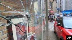 从安斯巴赫市炸弹爆炸后的案发现场可以看到一个摄影工作室的橱窗玻璃被震碎 (2016年7月25日) 。