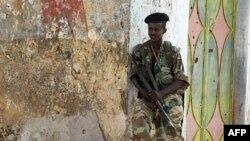 Сомалійський урядовий солдат патрулює Могадішо
