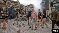 Pobladores de Christchurch caminan en medio de los escombros en el centro de la ciudad, buscando ayuda y noticias de familiares y amigos.