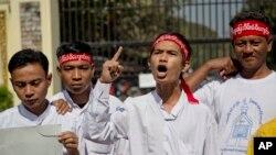 Min Min (thứ hai bên phải), một nhà hoạt động vừa được phóng thích khỏi nhà tù Insein, hô khẩu hiệu đòi trả tự do cho tất cả tù nhân lương tâm ở Yangon, Myanmar, ngày 22/1/2016.
