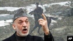 Presiden Afghanistan Hamid Karzai dalam konferensi pers di Istana Kepresidenan, Kabul, Afghanistan (14/1).