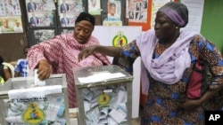 Women cast their votes during a local government election in Nigeria's commercial capital Lagos October 22, 2011. Lagos state Independent Electoral Commission registered 6.2 million voters who took part to elect leaders for 20 local government areas in Ni