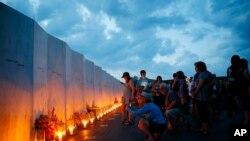 Des bougies ont été allumées pour les victimes des passagers du vol 93 à Shanksville, Pennsylvania, le 10 septembre 2016.