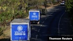 Camiones transportan vacunas contra el COVID-19 en El Salvador, el 28 de marzo de 2021.