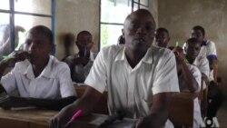 Umuvyeyi w'Imyaka 45 mu Burundi Yasubiye kw'Ishure Inyuma y' Imyaka 20 Yarahevye.