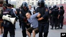 Policija hapsi učesnika protesta na mitingu u centru Moskve, čije održavanje vlasti nisu dozvolile, 27. jula 2019.