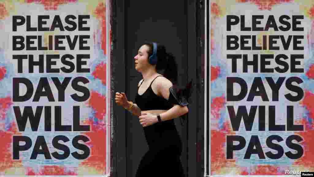 """신종 코로나바이러스 감염증(COVID-19)으로 인한 확진자와 사망자가 급증하고 있는 영국 맨체스터의 벽에 """"이러한 날들이 지나갈 것이란 걸 믿으세요""""가 적혀있다."""