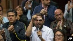En esta fotografía de archivo del 5 de abril de 2017, el legislador opositor Juan Requesens habla en la Asamblea Nacional, en Caracas, Venezuela. Requesens fue enviado a arresto domiciliario el 28 de agosto tras más de dos años en prisión.