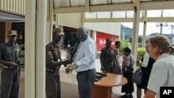 Nhân viên an ninh Kenya khám xét những người đi mua sắm tại Trung tâm Thương mại Yaya (ảnh tư liệu)