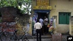 Warga berbelanja di salah satu toko penyalur kebutuhan kelompok miskin yang merupakan bagian dari sistem distribusi pangan rakyat yang diberlakukan pemerintah India sejak puluhan tahun, namun rentan terhadap korupsi dan penipuan(foto: Dok).