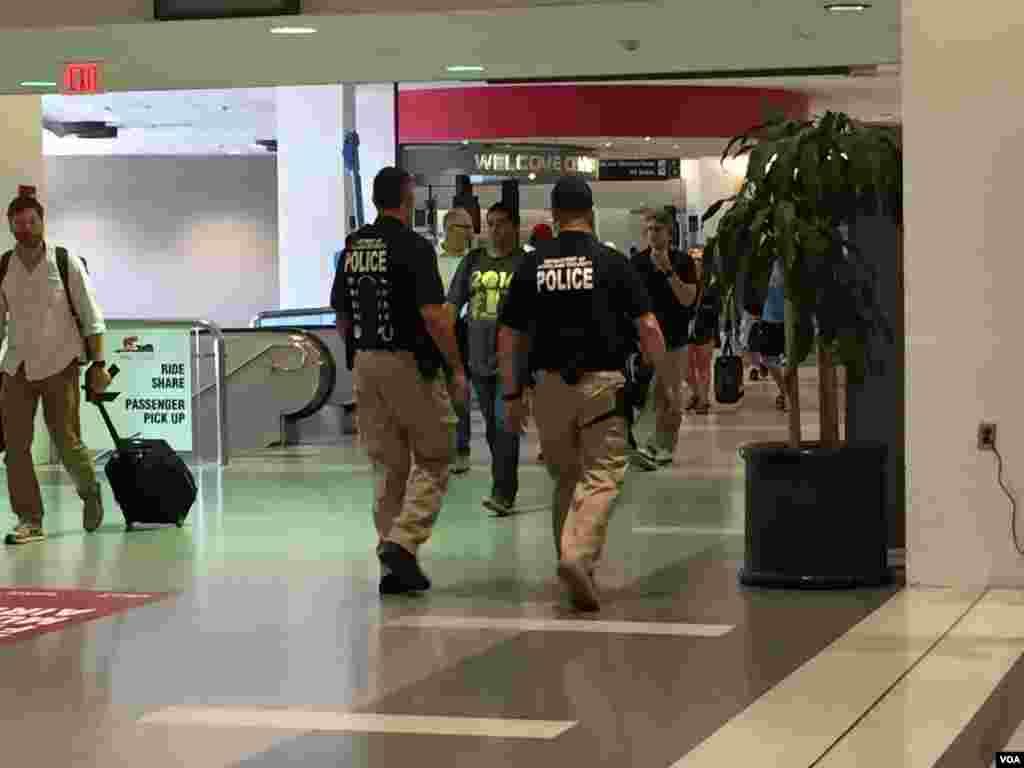 Policía patrulla el aeropuerto Cleveland [FOTO: CELIA MENDOZA - VOA]