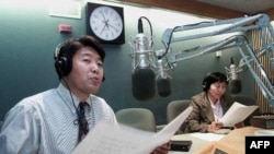 Из студии «Голоса Америки» в Вашингтоне транслируется радиопрограмма на Китай. 22 марта 2001 года