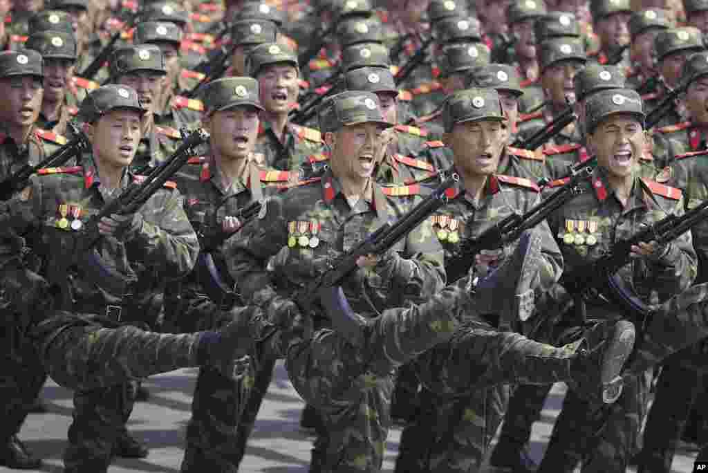 朝鲜首都纪念开国者金日成诞辰105周年的大型阅兵中,身穿迷彩服的陆军军人正步走过金日成广场(2017年4月15日)