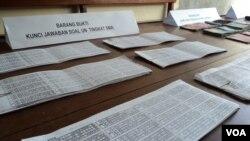 Barang bukti berupa lembaran indikasi kunci jawaban Ujian Nasional di Polres Karanganyar (Foto: VOA/Yudha)