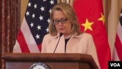 """美國國務卿希拉里‧克林頓1月24日下午在國務院宣布成立""""十萬強基金會"""""""