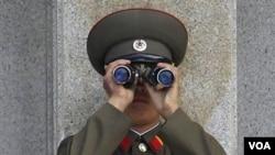 Tentara Korea Utara yang bertugas di dekat perbatasan kedua Korea.