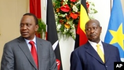 Le président ougandais Yoweri Museveni, à droite, et son homologue kényan, Uhuru Kenyatta, à gauche, lors de la cérémonie de la signature de l'accord de chemin de fer avec la Chine au State House à Nairobi, Kenya, 11 mai 2014.