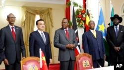 中国总理李克强2014年5月访问非洲调整中国与非洲国家的关系。图为乌干达总统姆萨维尼和南苏丹总统基尔与李克强合影。