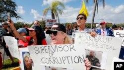 2018年11月9日,一群人在佛羅里達州勞德希爾的布勞沃德郡選舉辦公室外抗議。