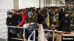 Des migrants font la queue à l'extérieur du bureau de la santé et des affaires sociales (LAGESO) pour s'y faire enregistrer, à Berlin, Germany, 9 décembre 2015.