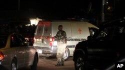 Un soldat près d'une ambulance évacuant les blessés de l'attentat