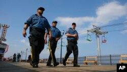 Des policiers patrouillent près du parc Seaside, New Jersey, 23 mai 2014.